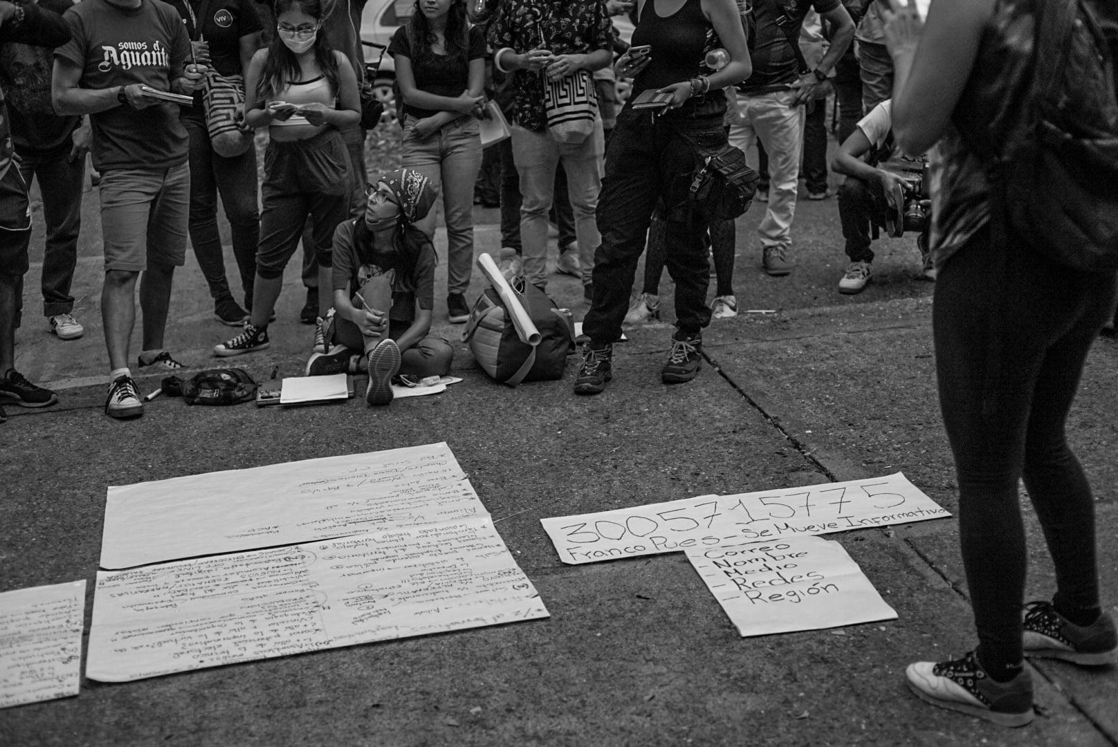 Puede ser una imagen en blanco y negro de una o varias personas y personas de pie