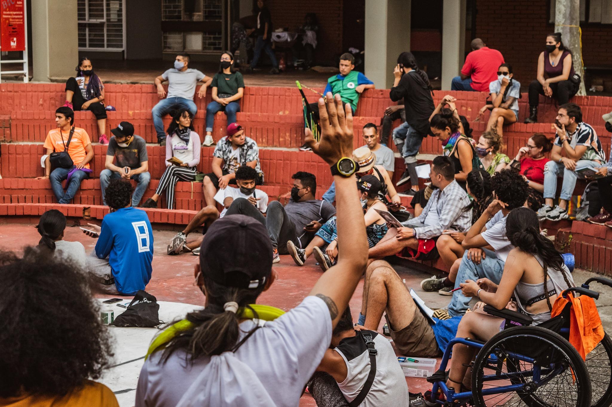 """Puede ser una imagen de 7 personas, personas sentadas, personas de pie, al aire libre, multitud y texto que dice """"C 日"""""""
