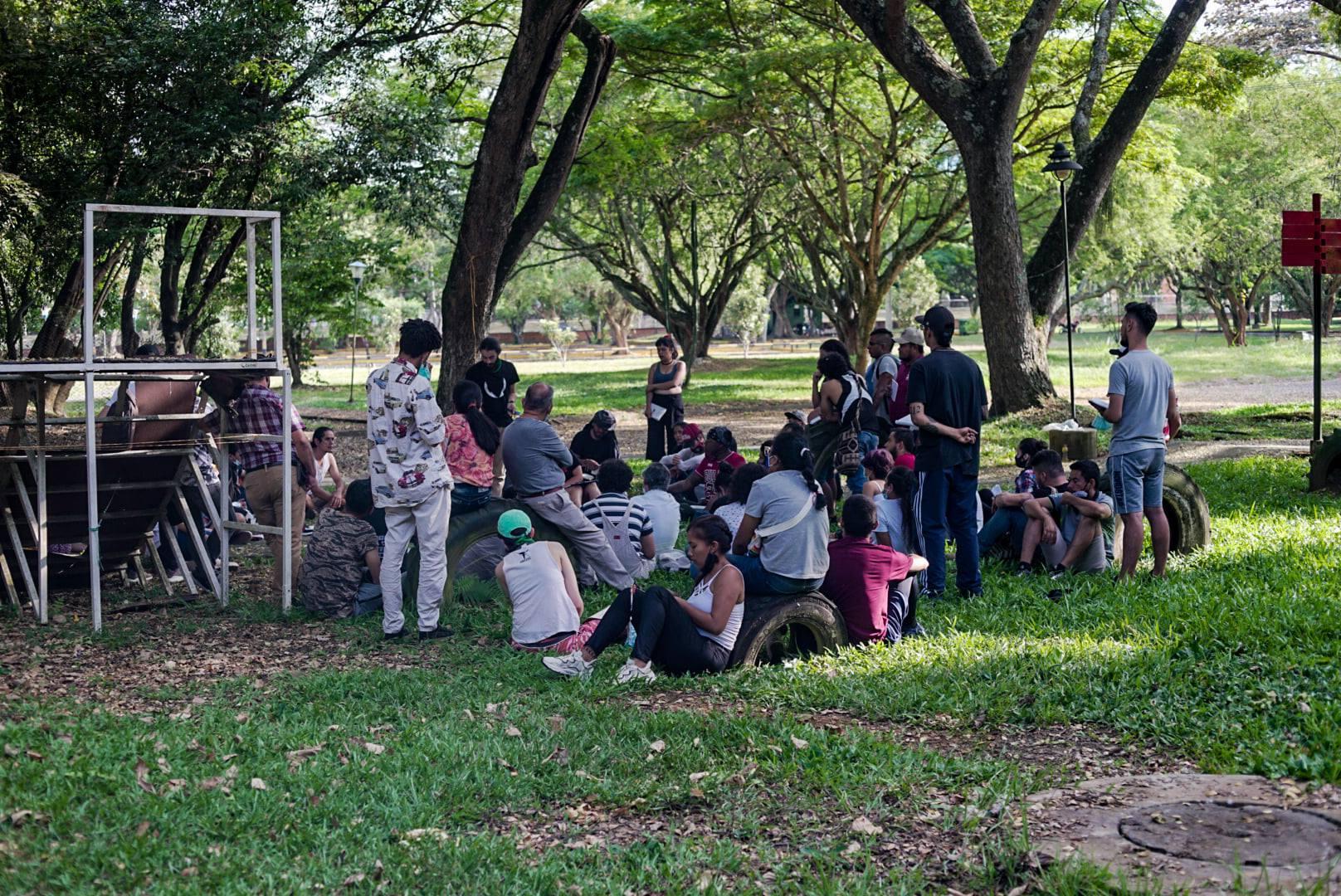 Puede ser una imagen de niños, de pie, césped, árbol y parque