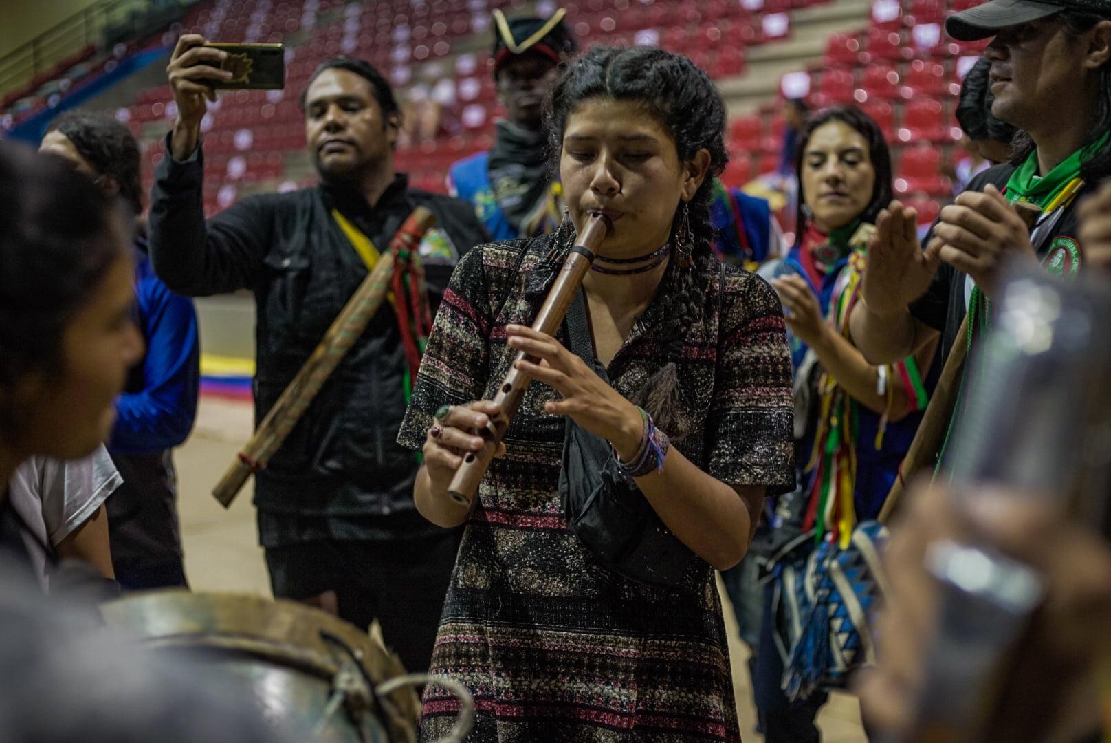 Puede ser una imagen de 4 personas, personas de pie, personas tocando instrumentos musicales e interior