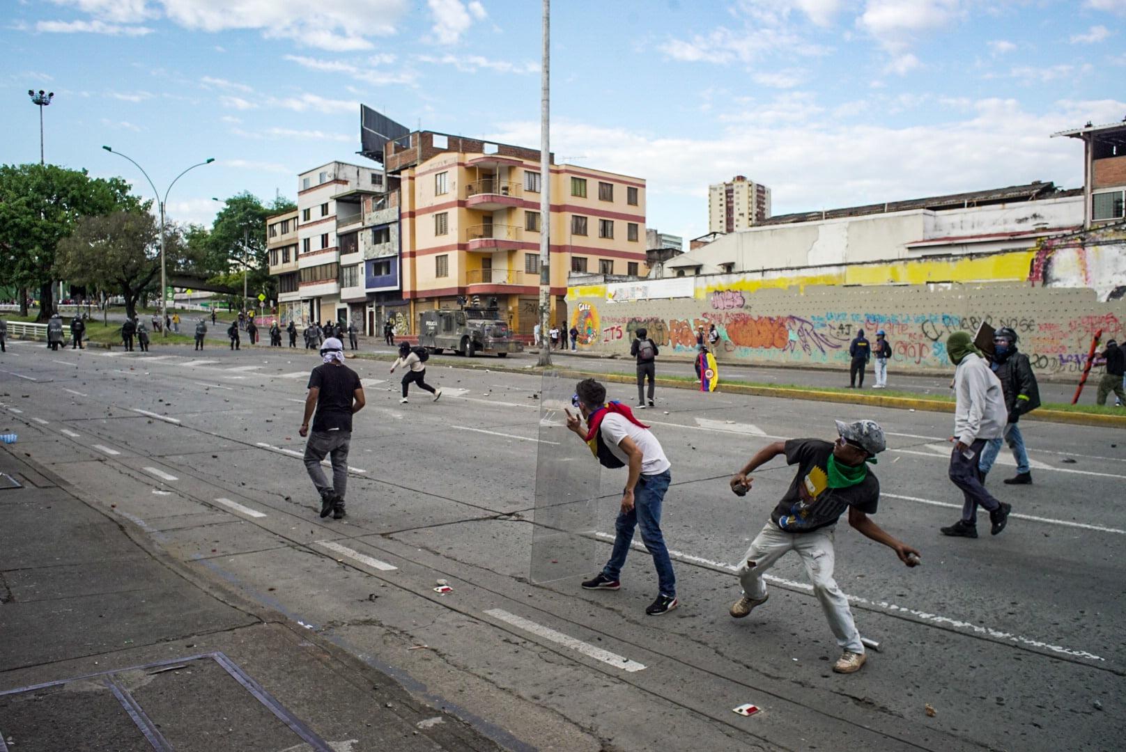 Puede ser una imagen de una o varias personas, personas caminando, personas de pie, personas practicando deporte, calle y carretera