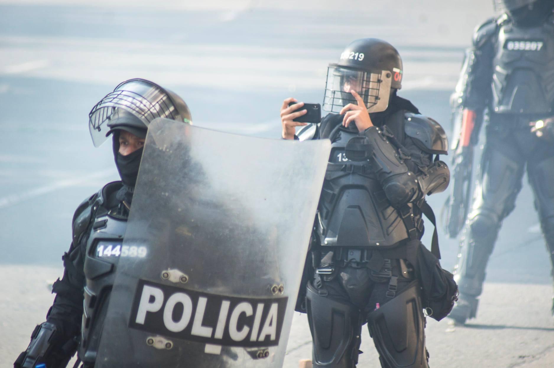 """Puede ser una imagen de 1 persona, al aire libre y texto que dice """"219 038207 144589 POLICIA"""""""