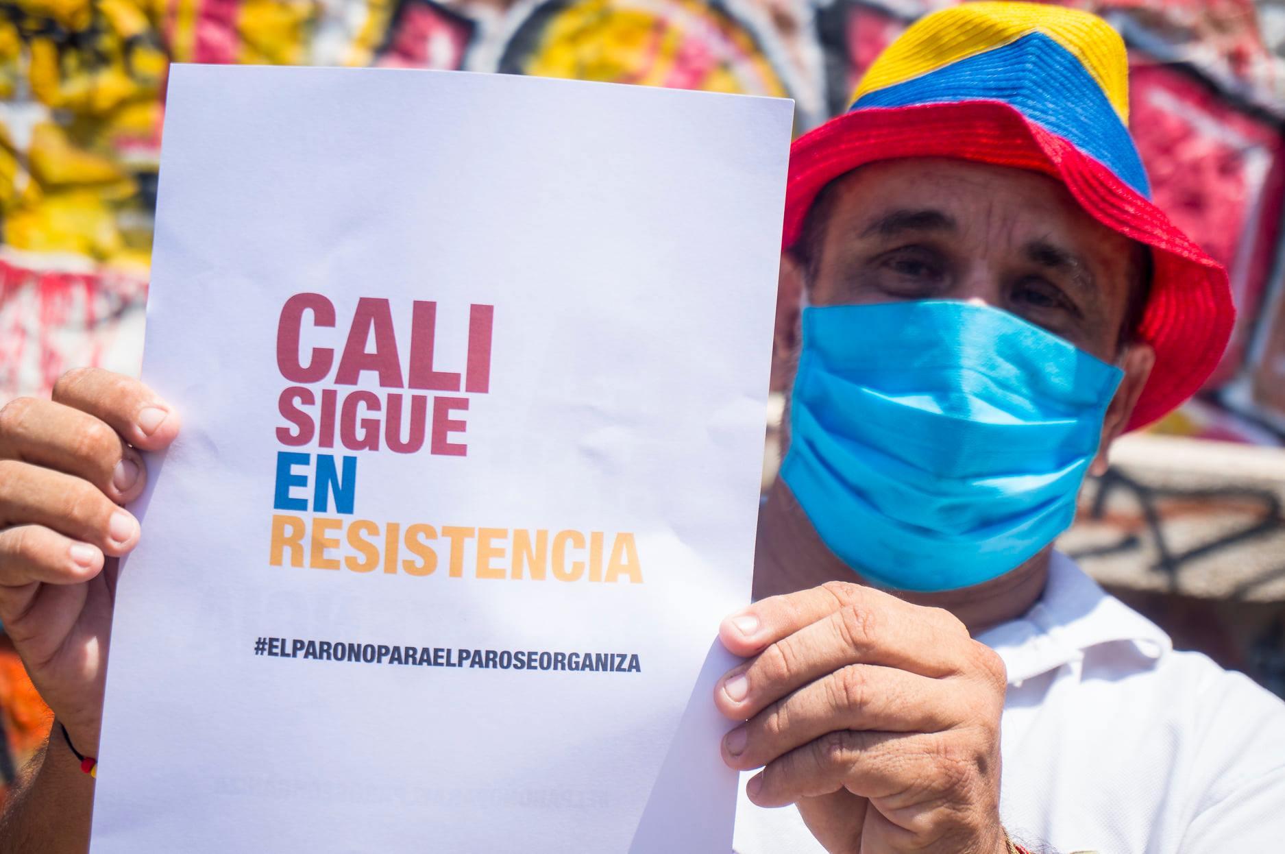"""Puede ser una imagen de 1 persona, de pie, al aire libre y texto que dice """"CALI SIGUE EN RESISTENCIA #ELPARONOPARAELPAROSEORGANIZA"""""""