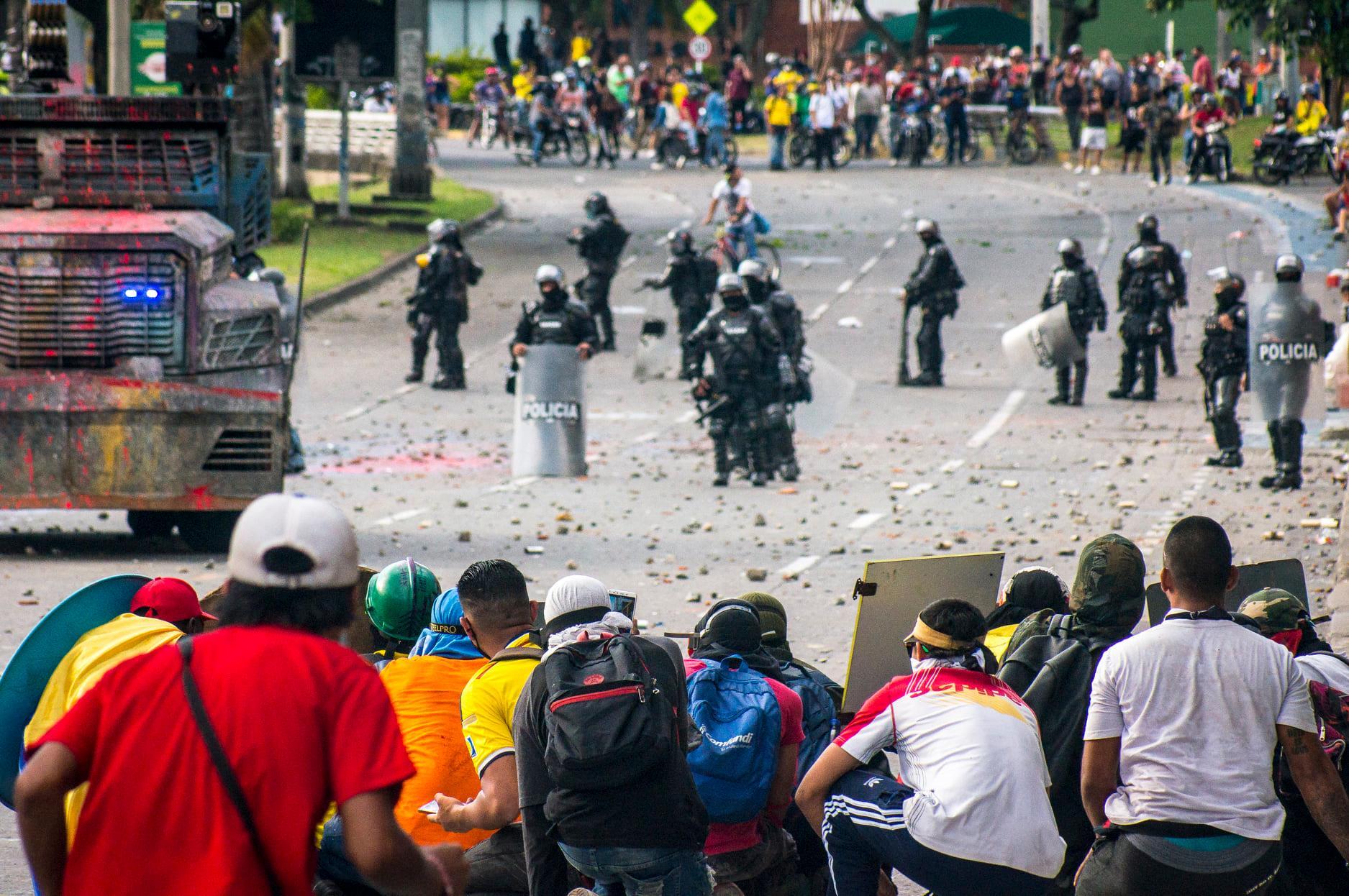 """Puede ser una imagen de una o varias personas, personas de pie, personas caminando, multitud, al aire libre y texto que dice """"POLICIA POL POLICIA"""""""