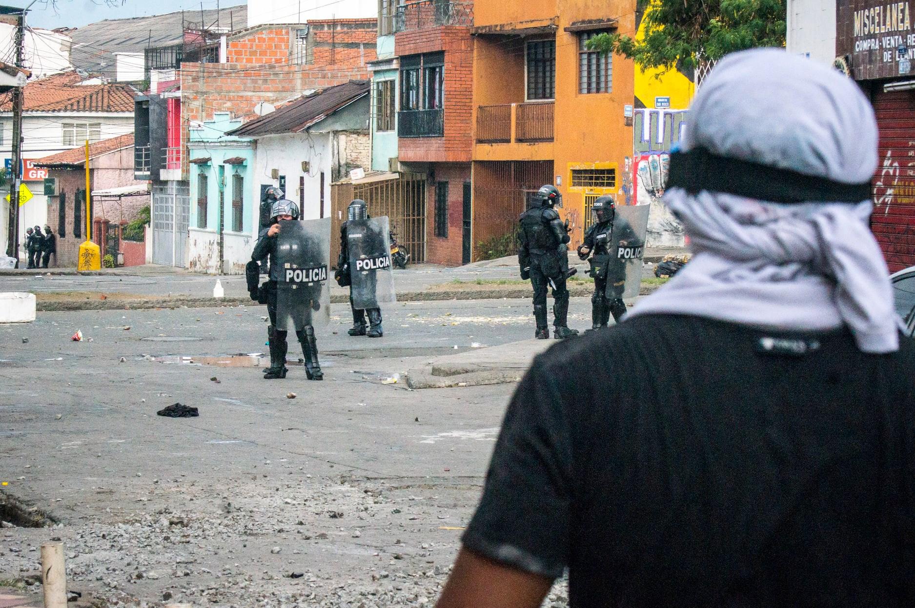 """Puede ser una imagen de una o varias personas, personas de pie, calle y texto que dice """"COMPRA VENTA- 4Y POLICIA POLICIA"""""""
