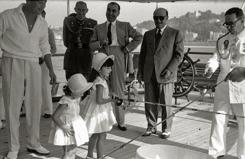 Francisco Franco y sus nietos en el Azor. Autor: Paco Marí, 1963. Fuente: Kutxa Fototeca (CC BY-SA 4.0)