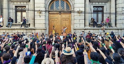 Guatemala. Por derecho de igualdad, mujeres podrán decidir orden de los apellidos de sus hijas e hijos