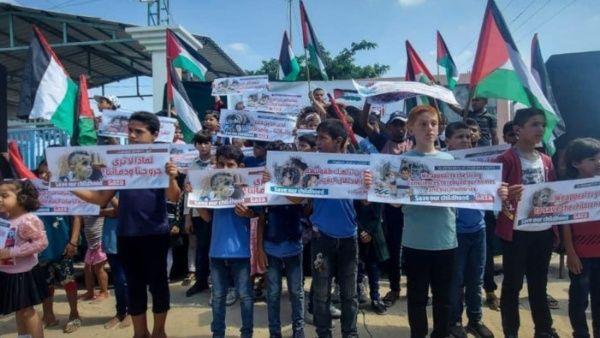 """Niños palestinos participaron la semana pasada en la vigilia """"Salvemos nuestra infancia"""" para el levantamiento del bloqueo impuesto a la Franja de Gaza."""