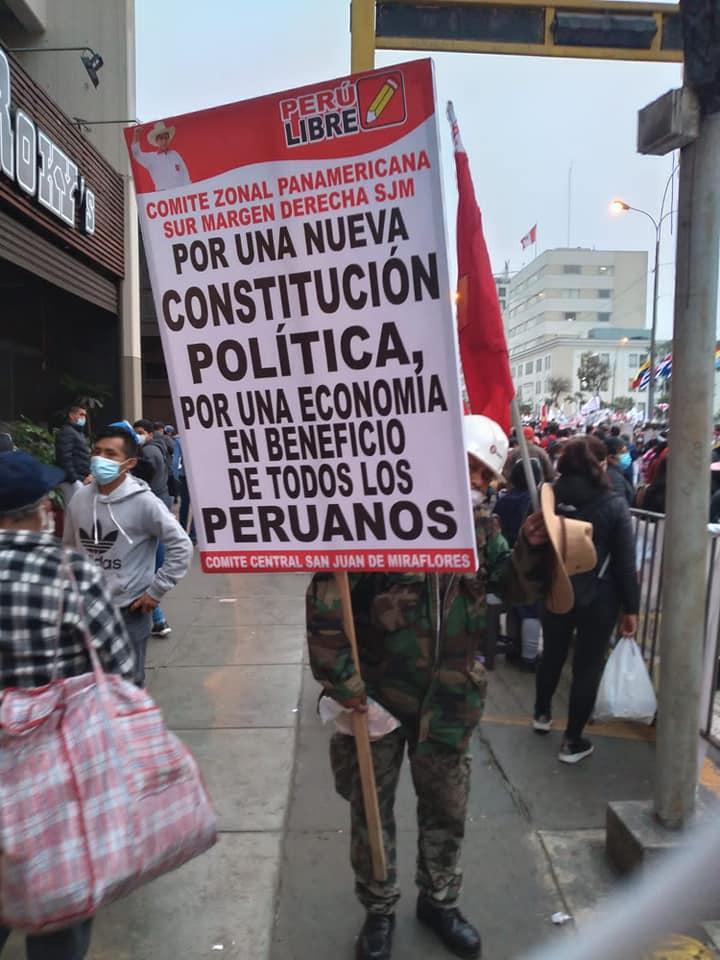 """Puede ser una imagen de una o varias personas, personas de pie, multitud, al aire libre y texto que dice """"PERU 0X1 LIBRE COMITE ZONAL DERECHA PANAMERICANA SJM SUR MARGEN UNA NUEVA CONSTITUCIÓN POR POLÍTICA, POR UNA ECONOMÍA EN BENEFICIO DE TODOS LOS PERUANOS COMITE CENTRAL SAN JUAN DE MIRAFLORES"""""""