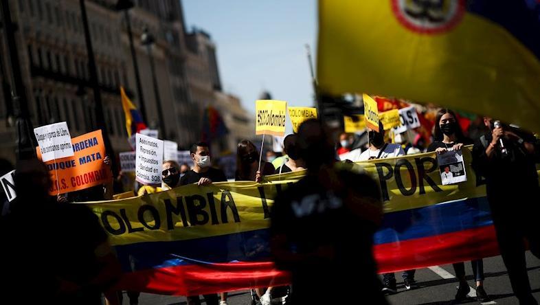 Alrededor de unas 200 personas participaron en la convocatoria realizada por colombianos residentes en España, en rechazo a la visita del presidente de Colombia, Iván Duque, quien se espera llegue el próximo jueves 16 de septiembre.