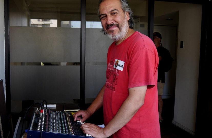 Chile. Habla uno de los impulsores de Radio de la Plaza de la Dignidad:  «Aportamos a levantar el ánimo a los que luchan en la calle» – Resumen  Latinoamericano