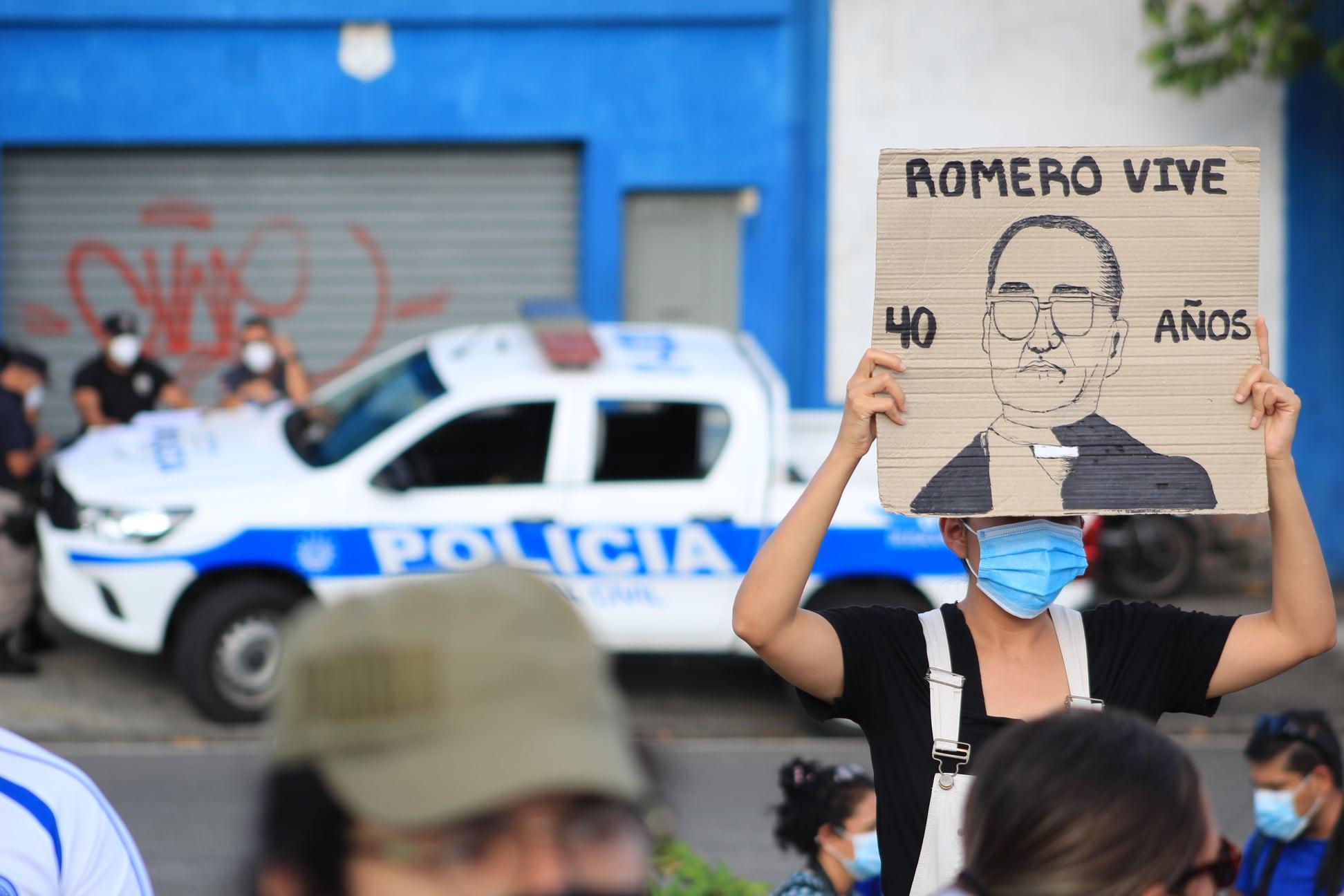 """Puede ser una imagen de 1 persona, de pie, al aire libre y texto que dice """"ROMERO VIVE AÑOS POLCIA"""""""