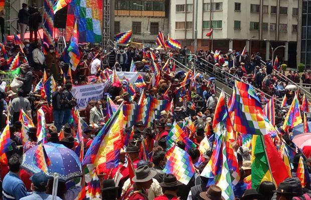"""Bolivia. """"Wiphalazo"""" promueve la unidad del pueblo boliviano /Dura advertencia del presidente Arce a la oposición derechista (video acto en Cochabamba)"""