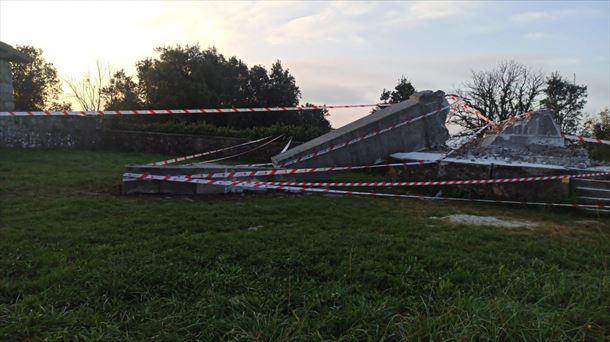 La cruz franquista derribada en Lemoatxa. Foto: Ernai