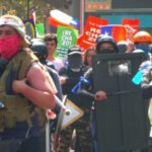 Chile. Partidarios del rechazo marchan encapuchados, con cascos, chalecos antibalas y escoltados por Carabineros
