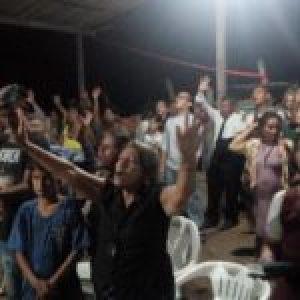 Brasil. Moradores de Monte Horebe se preparan para enfrentar la polícia como muros humanos