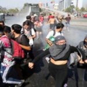 Chile. Miles de manifestantes se autoconvocaron nuevamente en Plaza de la Dignidad / «Piñera es el peor virus» / Represión de Carabineros en un Supermercado (videos)