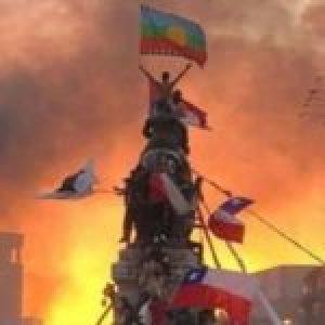 Chile. A seis meses de la Revuelta popular, una pancarta en la Plaza de la Dignidad y una canción de homenaje (video)