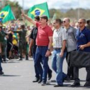 Brasil. El violento video de Carlos Bolsonaro, mientras su padre marchaba con golpistas / Golpean a pareja solo por usar camisetas rojas (videos)