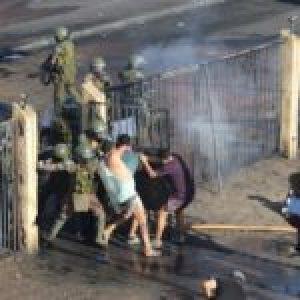 Chile. Carabineros reprimen en la calle y allanan viviendas y detienen a pobladores en Iquique (video)