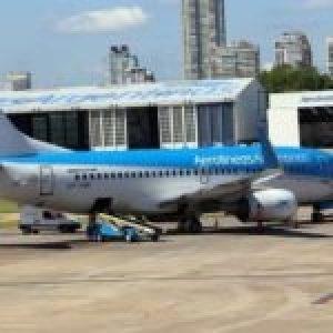 Argentina. Aerolíneas  suspendió 7.500 trabajadores por dos meses