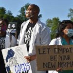 Estados Unidos. Los médicos negros pasan de la primera línea de la pandemia a las protestas