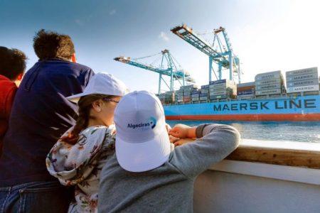 La Autoridad Portuaria de la Bahía de Algeciras (APBA) ha adjudicado tres contratos, por un valor conjunto de 94.286,32 euros (con impuestos), para la adquisición de material promocional. En la actualidad Algeciras sufre un desempleo del 31,6% con 16.611 personas en paro.