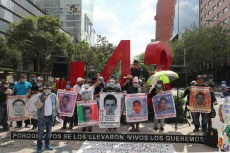 México. Se entrega Carlos Gómez Arrieta por caso Ayotzinapa/ Familiares de los 43 califican como «satisfactoria» reunión con AMLO