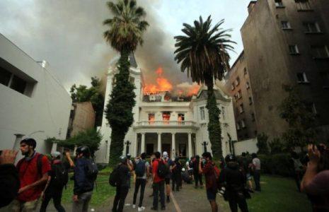 Chile. Abogado defensor de un joven acusado de provocar incendio en Universidad, señala que el culpable es un Carabinero infiltrado /Otro juicio farsa
