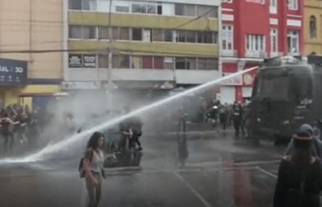 Chile. Nuevamente fuertes cargas represivas en Plaza de la Dignidad / Cientos de jóvenes no retroceden frente a la violencia policial (videos)