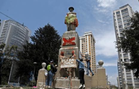 Bolivia. Feministas intervinieron la estatua de Isabel la Católica