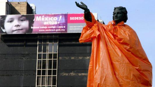 Retiran monumento a Colón en la Ciudad de México ante amenazas de derribo (VIDEO)