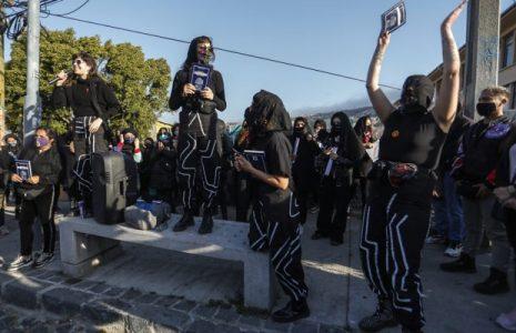 Chile. Lastesis realizan «conjuro» y «funeral» de la Constitución de 1980 a orillas del mar de Valparaíso (fotos)