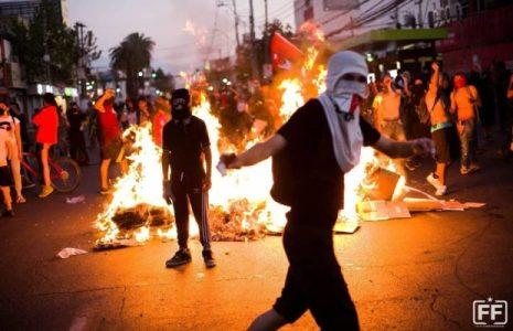 Chile. Fuertes protestas en el barrio Puente Alto: los pobladores hicieron retroceder a Carabineros y militares (fotos+videos)