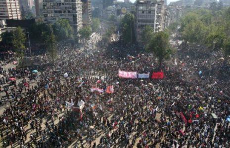 Chile. 18-O: Una multitud se concentra en La Plaza Dignidad [en directo desde Galeria Cima]
