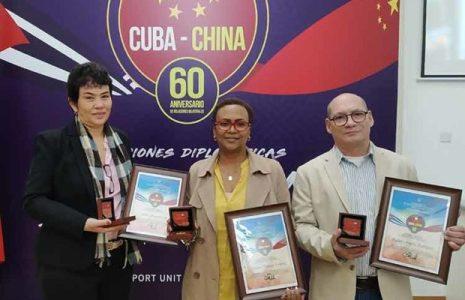 Cuba. Médicxs reciben distinción 60 aniversario de relaciones con China