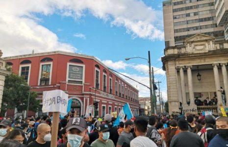 Guatemala. Gigantesca manifestación frente al Palacio Nacional de protesta contra el Gobierno // También ocupan e incendian el Congreso