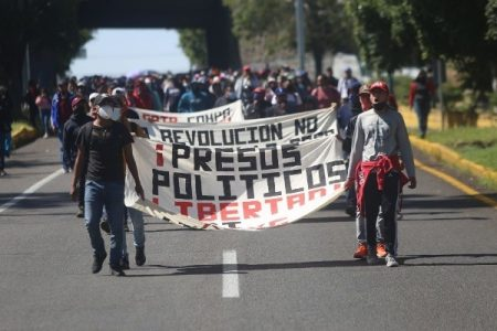 México. Normalistas incendian dos vehículos en Michoacán