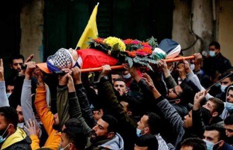 Palestina.  Funeral del niño Abu Alya: «Nos despedimos de nuestros hijos frente al árbol de Navidad»