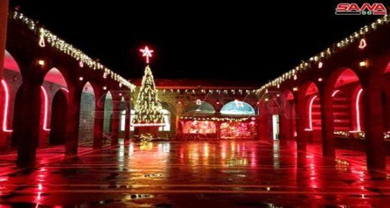 Siria. La voluntad de vida de los sirios es más fuerte que todos los desafíos… iluminado el árbol de Navidad en Khabab