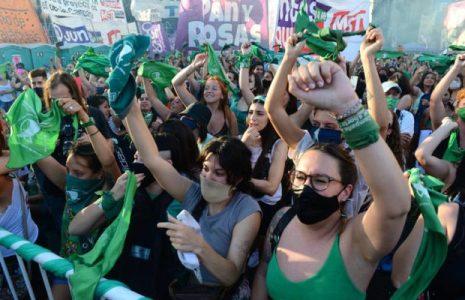 Argentina. Día y noche la marea verde no aflojó la calle y espera que a primeras horas de este viernes se apruebe la ley de aborto seguro, legal y gratuito (fotos y videos)