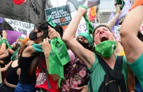 Argentina. Ya hay media sanción para la ley de aborto legal / Por 130 votos contra 115, Diputados lo aprobó esta mañana / En la calle una bulliciosa vigilia de pañuelos verdes saludó la noticia /Ahora a esperar al Senado