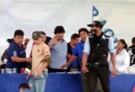 Bolivia. Polémica por algunas designaciones de candidatos del MAS / Los Ponchos Rojos criticaron en Plaza Murillo ciertos nombramientos / Incidentes en un ampliado en Cochabamba: agreden a Evo y el MAS expulsa al culpable