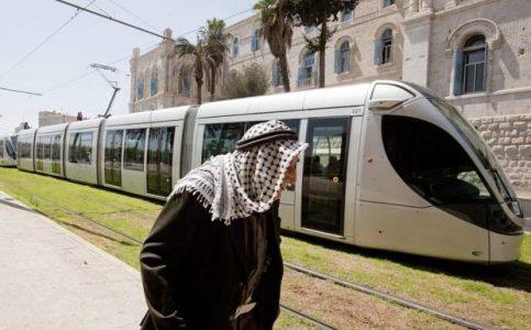Palestina. Cinco activistas israelíes detenidos en una protesta contra el tranvía de Jerusalén ocupada que construye CAF