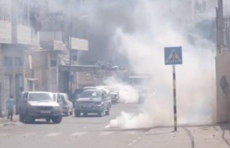 Palestina.  Fuerzas israelíes disparan granadas de gas lacrimógeno dentro de una escuela de Cisjordania asfixiando a estudiantes y profesores