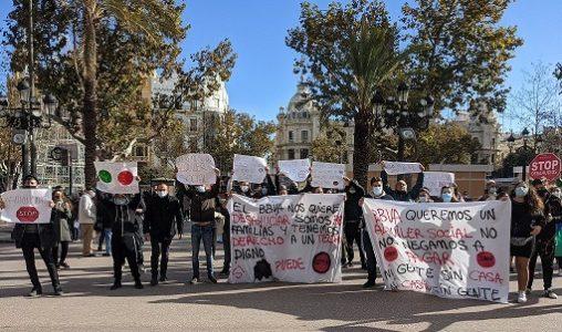 Estado español. La PAH de Valencia y los vecinos paralizan el desahucio de 31 familias en la Pobla de Vallbona