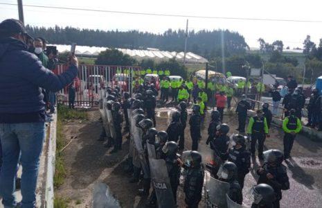 Ecuador. Denuncian fuerte represión policial contra los trabajadores de una empresa  en Navidad (Fotos+video)