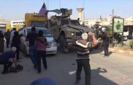 Siria. Residentes sirios lanzan piedras contra patrulla estadounidense en Hasaka
