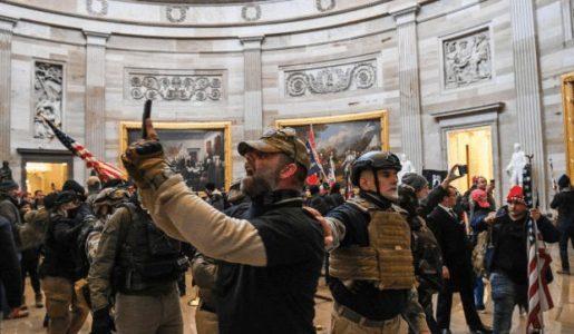 Estados Unidos. Partidarios de Trump irrumpen en el Capitolio durante sesión por victoria de Biden /Decretan toque de queda / Mike Pence evacuado en helicóptero