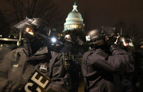 Estados Unidos. Declaran seguro al Capitolio, tras 4 horas de tensión / Falleció la mujer que recibió una bala  durante los disturbios